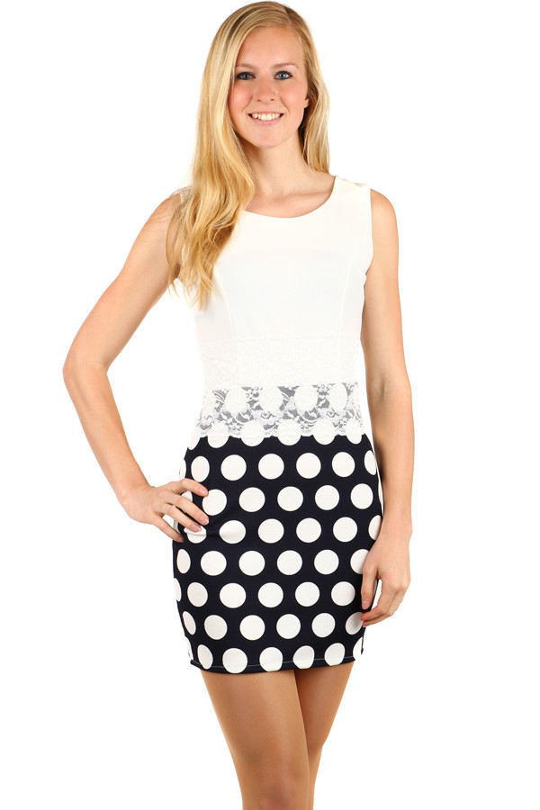 31f67716a544 Krátké přiléhavé šaty s puntíky